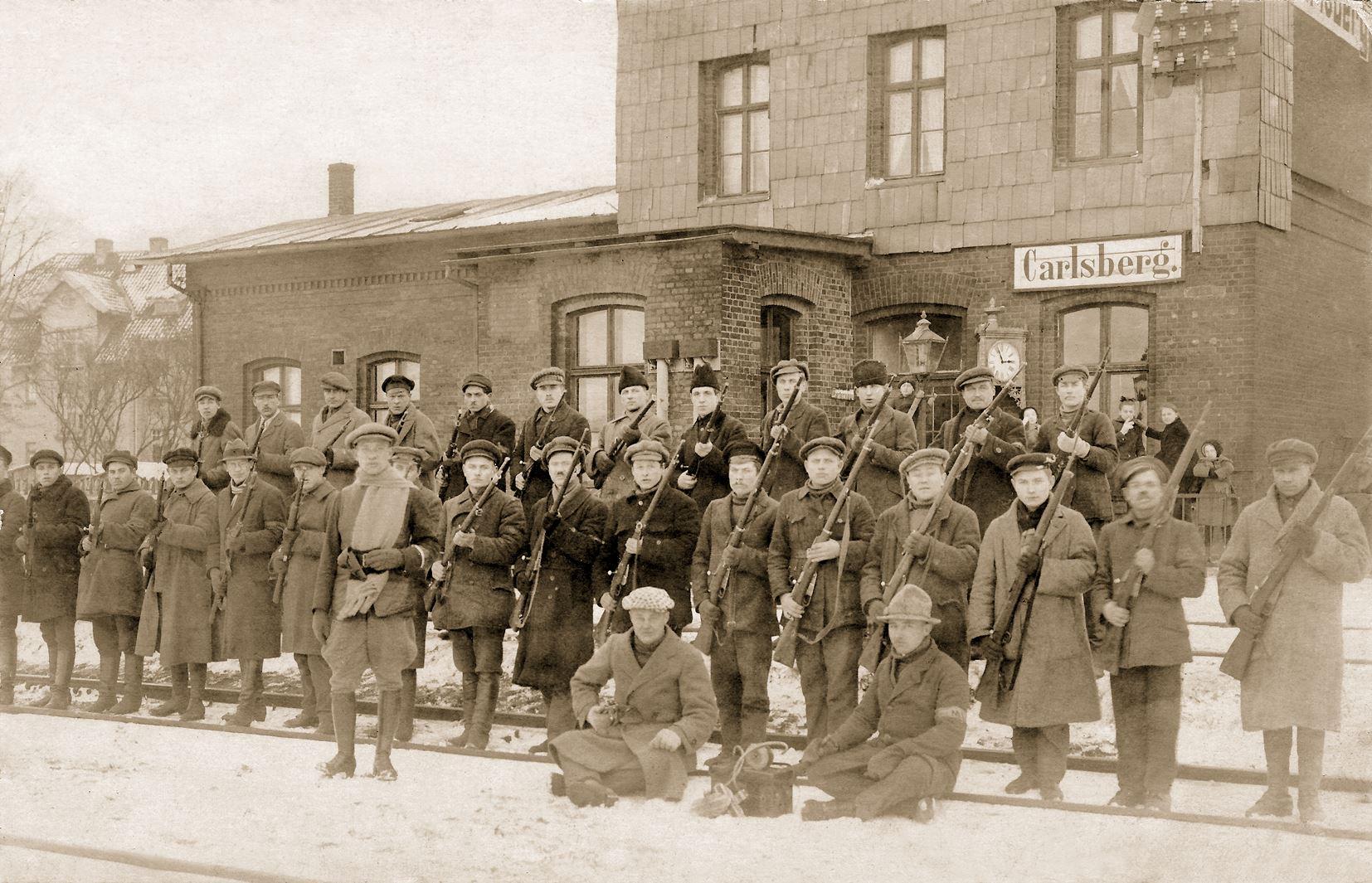 Savanoriai Rimkų (Carlsberg) geležinkelio stotyje. 1923 m. sausis | MLIM nuotr.