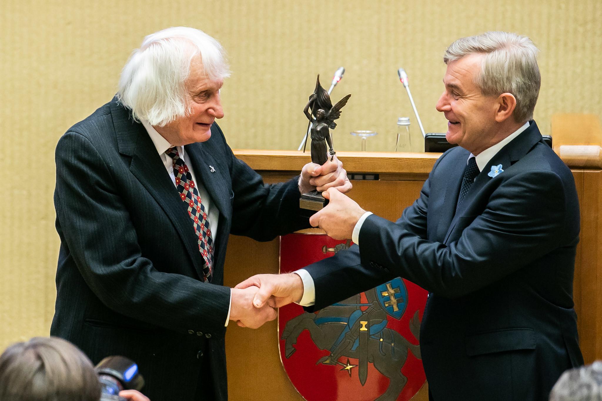 Seimo pirmininkas Viktoras Pranckietis įteikia 2019-ųjų metų Laisvės premiją Albinui Kentrai | lrs.lt, O. Posaškovos nuotr.