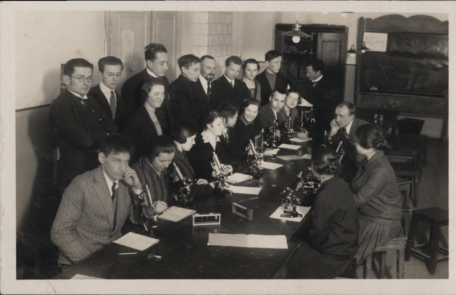 Aukštųjų kursų Medicinos skyriaus histologijos praktikos darbai 1921 m. | LSMU Lietuvos medicinos ir farmacijos istorijos muziejaus rinkinių nuotr.