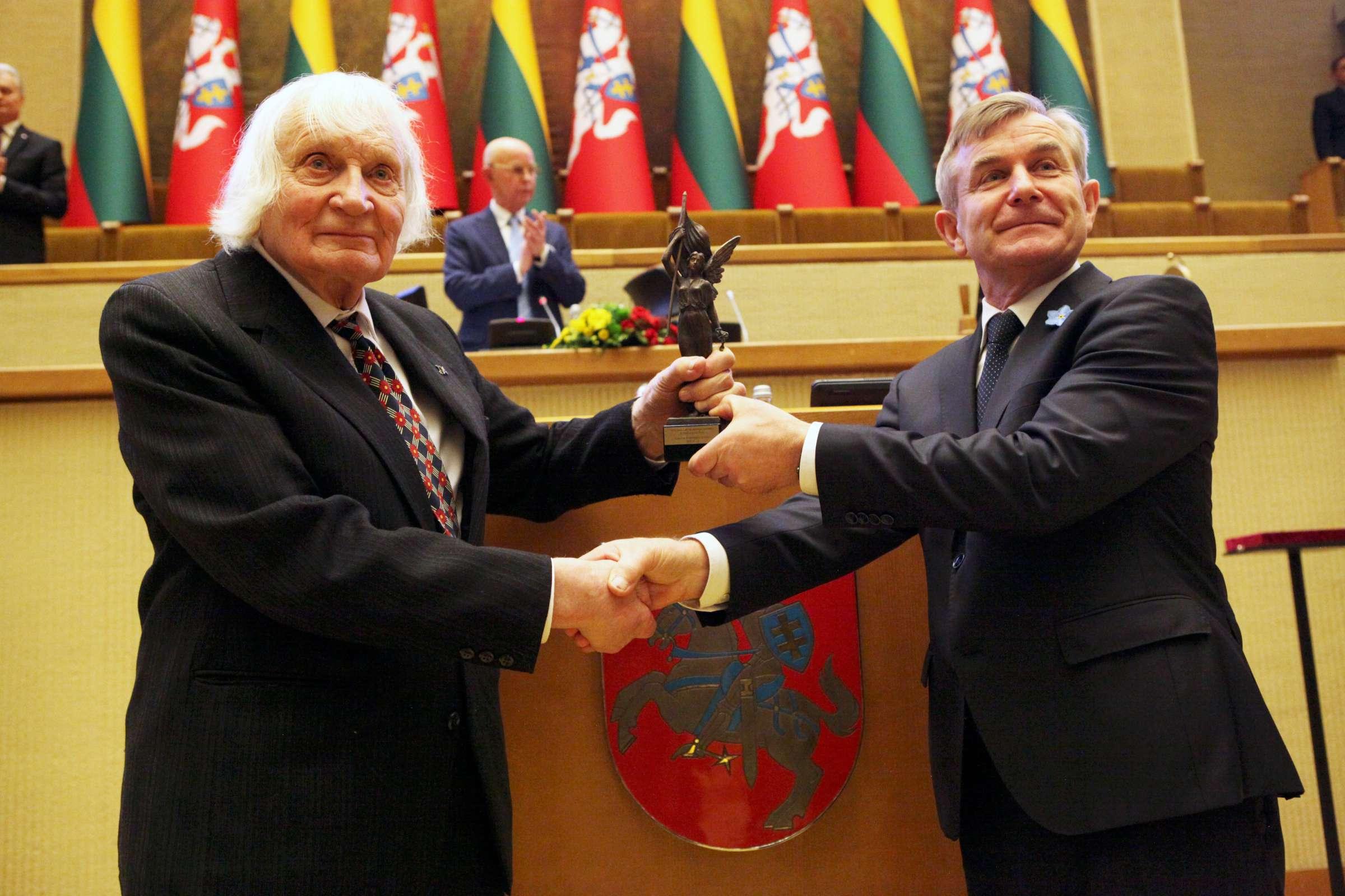 Albinui Kentrai 2019 metų Laisvės premiją įteikia Seimo pirmininkas Viktoras Pranckietis | K. Driskiaus nuotr.
