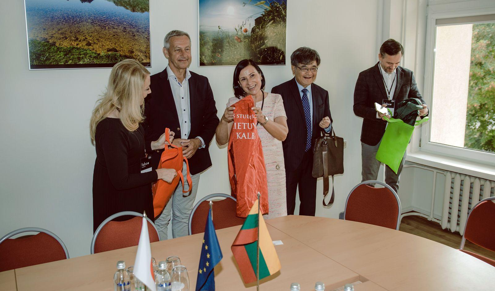 Lietuvių kalba išlaisvina užsieniečius studentus: lietuviškas knygas verčia net Japonijoje   VDU nuotr.