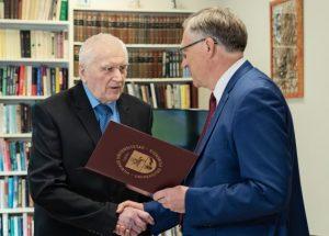 Antanui Terleckui įteiktas VU atminties diplomas | E. Kurausko nuotr.