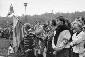 Kai kurie Sąjudžio mitingo dalyviai riši tvarkdario raištį. Vilnius, Vingio parkas, 1988 m. rugpjūčio 23 d. | R. Urbakavičius, LNM nuotr.