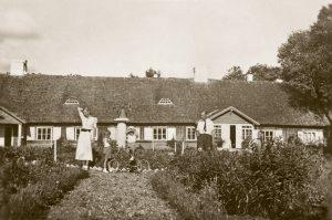 Kazimieras Smilgevičius su žmona Danute. Užvenčio dvaras, apie 1937 m. | A. Žolyno asmeninio archyvo nuotr.