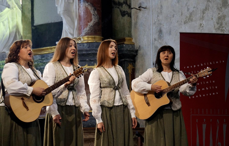 Knygų mugės Kultūros centrų salėje koncertuos mamų ir dukrų kvartetas iš Gotlybiškių | Rengėjų nuotr.