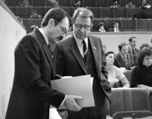LTSR Aukščiausiosios Tarybos vienuoliktojo šaukimo sesija. Deputatai plenarinių posėdžių salėje posėdžio metu. Stovi deputatai (iš kairės) Romualdas Ozolas ir Justinas Marcinkevičius,Vilnius, 1989 12   LCVA, J. Juknevičiaus nuotr.