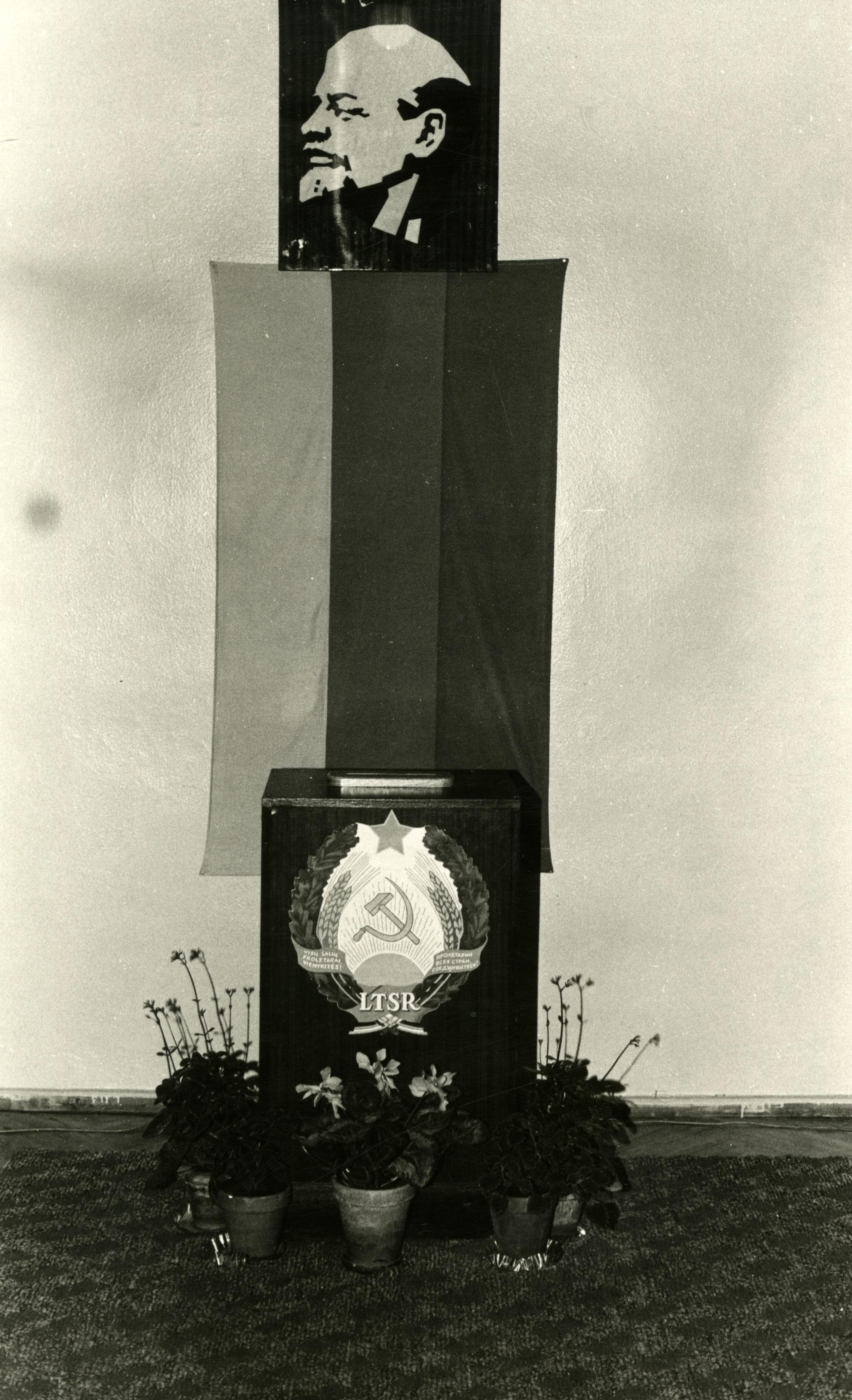 10. 1989 m. sausio 15 d. papildomi rinkimai į XI-ojo šaukimo Lietuvos TSR Aukščiausiąją Tarybą. Šiaulių m. Žemaitės rinkiminės apygardos Nr.109 Rinkiminė apylinkė Nr.8. Balsavimo urna. Nuotraukos autorius nežinomas   R. ir Z. Vaišvilų asmeninis archyvas