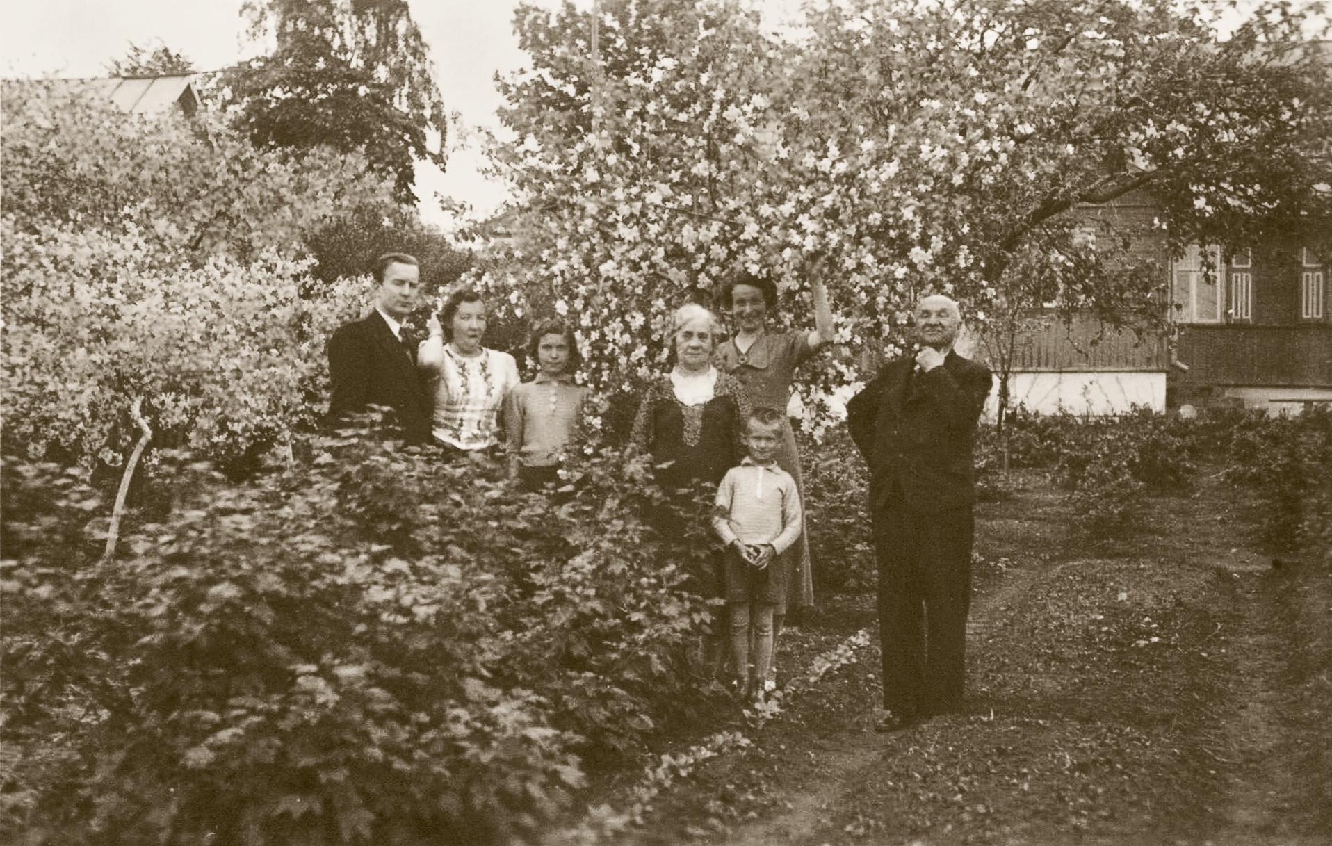 Prie Holzhausų namo. Šančiai, 1939 m. Jonas Smilgevičius – pirmas iš dešinės | V. Petrušio asmeninio archyvo nuotr.