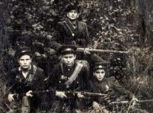 Partizanai. Pirmoje eilėje: P. Valončius-Gintaras, K. Gelžinis-Girėnas, B. Jokšas, antroje eilėje stovi J. Remenis-Katinas | zemaitijosnp.lt nuotr.
