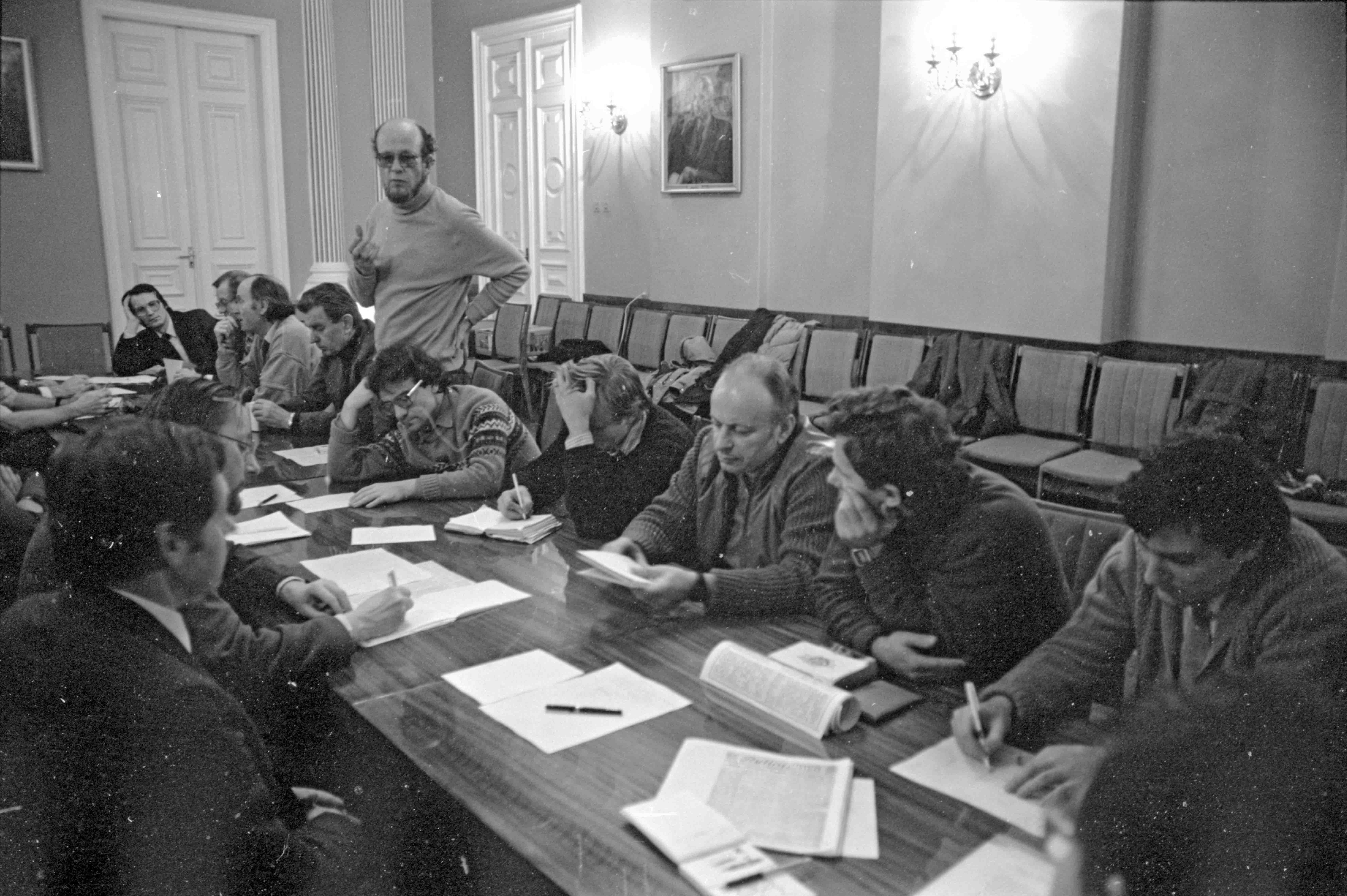 12. Lietuvos persitvarkymo sąjūdžio (LPS) Seimo Tarybos posėdis Rašytojų sąjungoje. Kairėje stalo pusėje sėdi Vytautas Landsbergis ir Kazimieras Antanavičius; dešinėje stalo pusėje (iš dešinės): 1 – Emanuelis Zingeris, 2 – Kazimieras Uoka, 3 – Raimundas Rajeckas, 5 – Zigmas Vaišvila, 6 - Vytautas Radžvilas, 7 – Arūnas Žebriūnas (stovi), 8 – Justinas Marcinkevičius, 9 – Julius Juzeliūnas, 10 – Vytautas Bubnys, 11 – Mečys Laurinkus. Vilnius1988 11 | LCVA, A. Žižiūno nuotr.