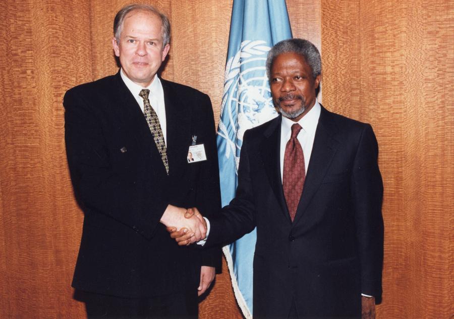 A. Saudargas (kairėje) spaudžia ranką JT generaliniam sekretoriui Kofiui Ananui (Kofi Annan) | A. Saudargo asm. archyvo nuotr.