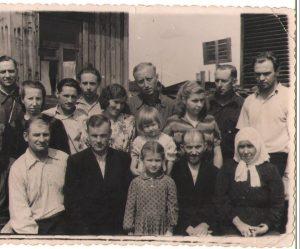 Sibiro lietuviai su kunigu Vladu Abramavičiumi (pirmoje eilėje antras iš kairės). Prie jo stovi Onutė Grybauskaitė, 1956 metai | Asmeninio albumo nuotr.