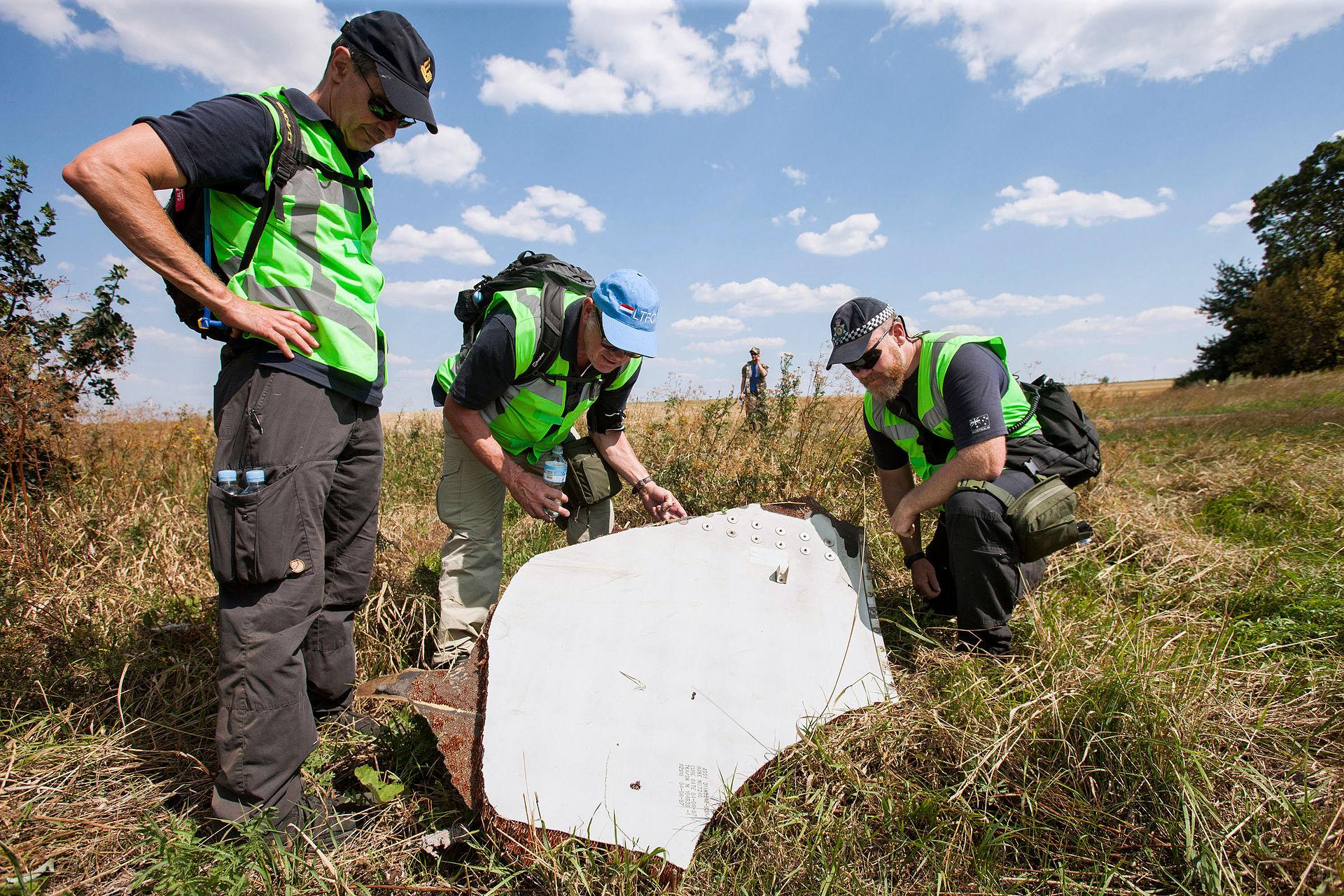 Nyderlandų ir Australijos tyrėjai avarijos vietoje 2014 m. rugpjūčio 4 d. | wikipedia.org nuotr.