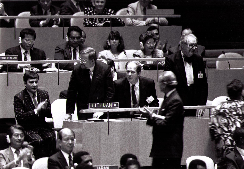 Istorinė akimirka - Lietuva priimama į Jungtines Tautas. A. Saudargas (centre) šalia Vytauto Lansdbergio, pakilusio eiti į tribūną. 1991 rugsėjis | A. Saudargo asm. archyvo nuotr.