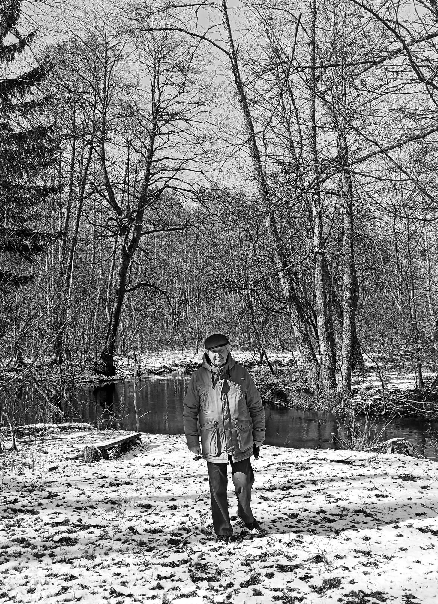Dr. Vaclovas Bagdonavičius prieš savaitę parke vaikščiojant su anūke | asmeninė nuotr.
