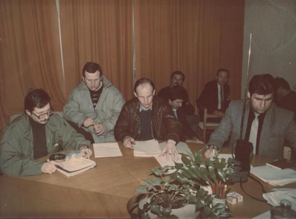 1991 m. sausio 9 d. Aukščiausiosios Tarybos rūmų apsaugos štabas. 1991 m. sausio 9 d. Aukščiausiosios Tarybos rūmų apsaugos štabas. Iš kairės: Audrius Butkevičius, Česlovas Jezerskas, Virginijus Česnulevičius, Jonas Gečas. | kam.lt nuotr.