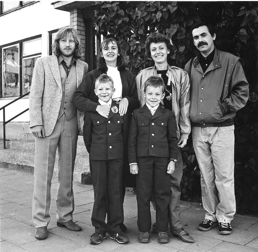 Algirdas Latėnas, Elvyra Piškinaitė, Dalia Brenciūtė, Kostas Smoriginas, Balys Latėnas ir Kostas Smoriginas jaunesnysis. 1987 m.   M. Juknevičiūtės nuotr.