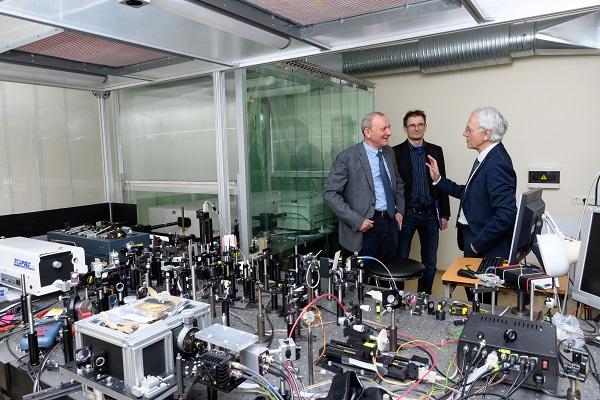 MokslinėMokslinė diskusija VU LTC Ultratrumpųjų impulsų optikos laboratorijoje (iš kairės į dešinę): prof. A. Dubietis, dr. V. Jukna, prof. Ž. Muru | lma.lt, N. Garejevo nuotr.