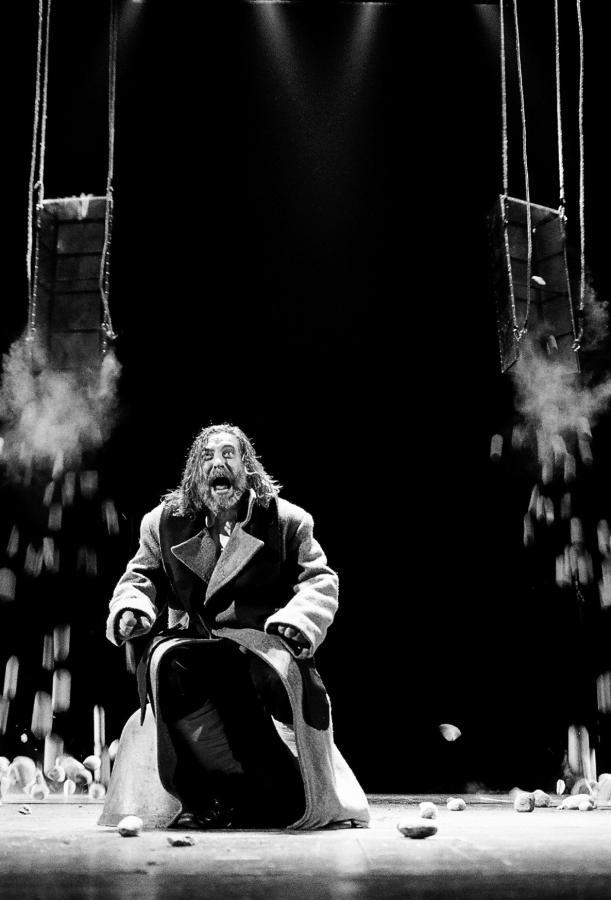 """Scena iš rež. Eimunto Nekrošiaus spektaklio """"Makbetas"""". Aktorius Kostas Smoriginas   D. Matvejevo nuotr."""