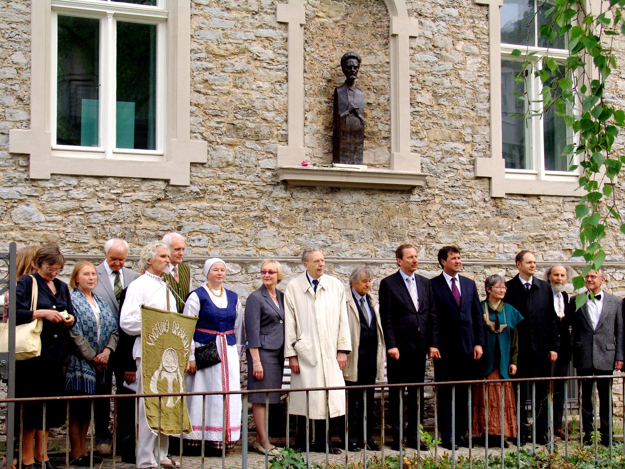 Vydūno draugijos nariai Detmolde (Vokietijoje) prie Liongino Garlos sukurtos bronzinės Vydūno skulptūros. Šiame mieste Vydūnas praleido paskutinius gyvenimo metus. 2013 m. | V. Bagdonavičiaus asmeninė nuotr.