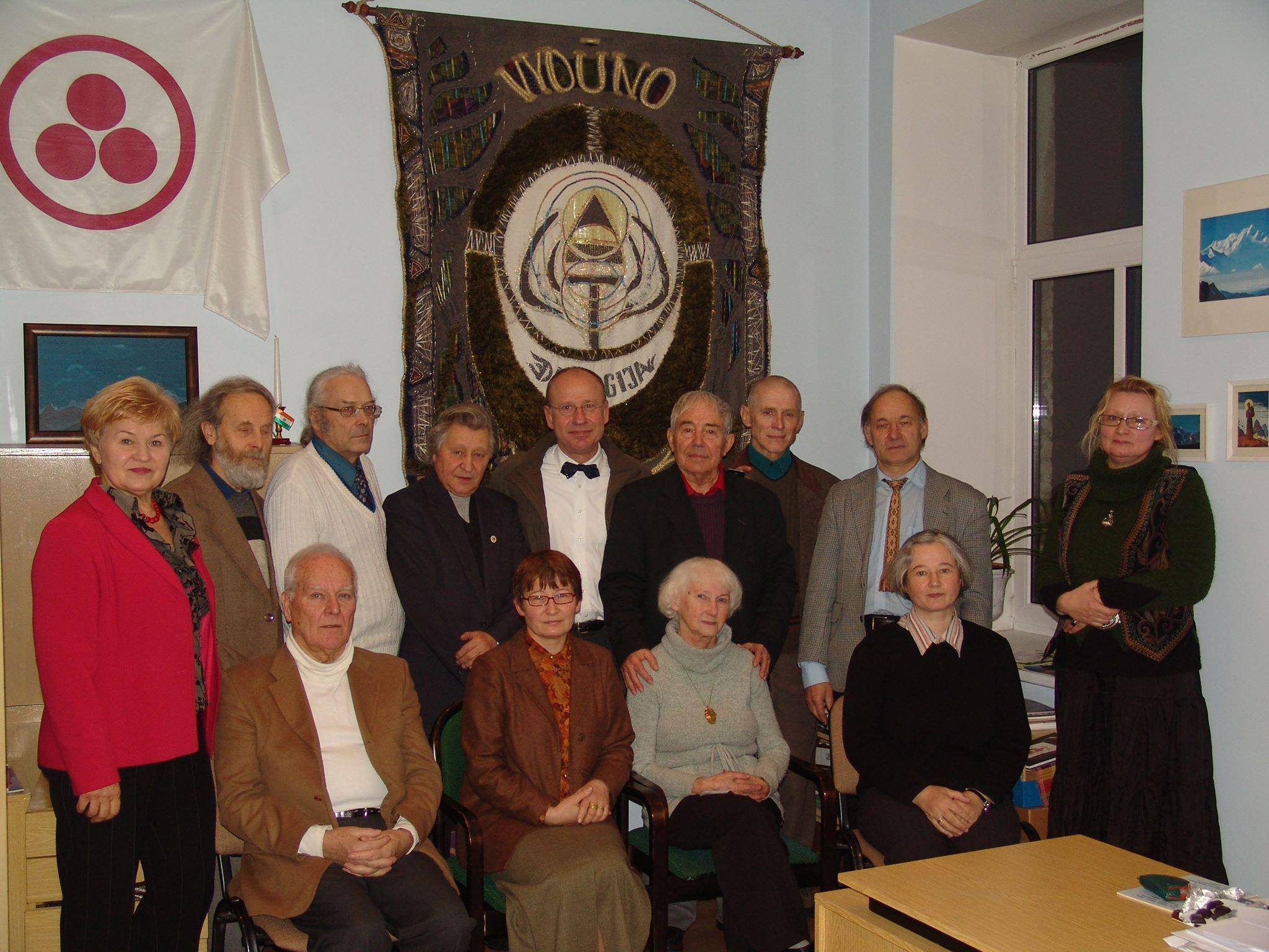 Susitikimas su Vokietijos ambasados Vilniuje pirmuoju sekretoriumi Fridrichu Vilhelmu Neliu (Friedrich Wilhelm Nehl) (stovi 5 iš kairės) ir žurnalistu iš Berlyno Leonu Stepanausku (stovi iš kairės) Vydūno draugijoje. 2011 m. | V. Bagdonavičiaus asmeninė nuotr.