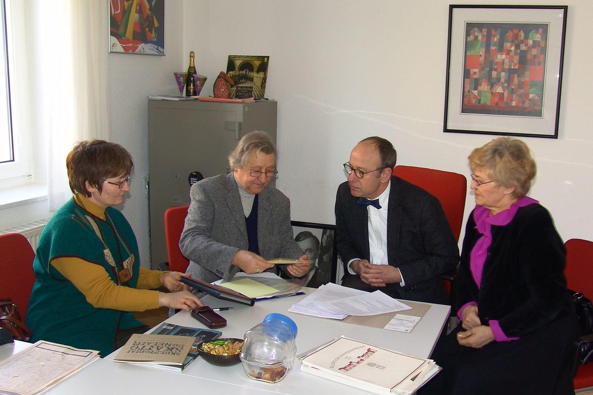 Vokietijos ambasadoje su kancleriu W.H. Nehliu aptariamas Vydūno įamžinimas Detmolde. 2012 m. | V. Bagdonavičiaus asmeninė nuotr.