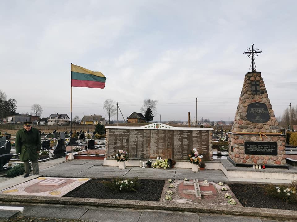 Bronislovas Jungaitis Kalvarijos kapinėse prie jo pastatyto memorialo Lietuvos partizanams | Sigitos Palionienės nuotr.