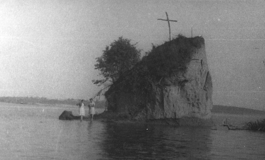 Kauno mariose mirštančiam Kokalniui vietiniai buvo iškėlę kryžių. 1961 metai | Nacionalinio M. K. Čiurlionio dailės muziejaus nuotr.
