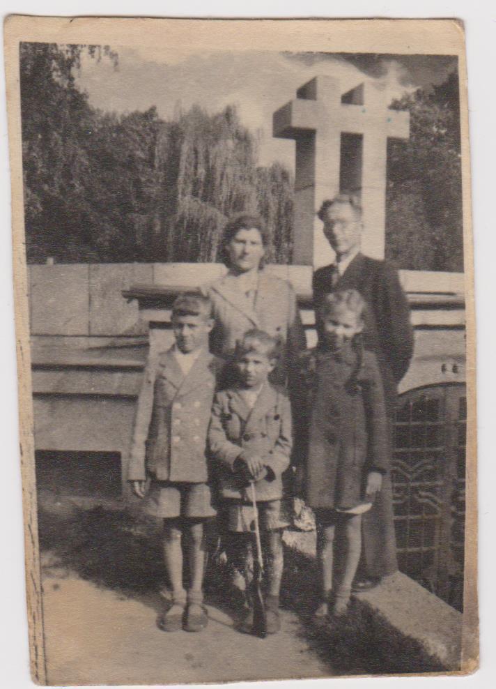 Mama ir tėtis su vaikais prie Dariaus ir Girėno paminklo   aidas.lt nuotr.