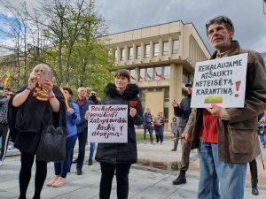 Protestuotojai prie Seimo reikalavo atšaukti karantiną | Alkas.lt nuotr.