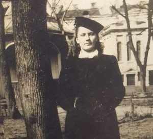 Mano mamytė prieš Kauno muzikinį dramos teatrą.   Asmeninė nuotrauka