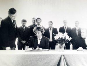 1995 m. gegužės 5 d. Lietuvos darbininkų sąjungos pirmininkė Aldona Balsienė pasirašo pirmą politinio pobūdžio susitarimą dėl trišalės partnerystės   www.lps.lt, archyvinė nuotr.