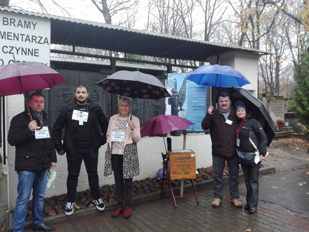 Draugai iš Lenkijos padeda draugijai rinkti lėšas Povonzkų kapinėse Varšuvoje | Visuomeninės Rasų kapinių draugijos nuotr.