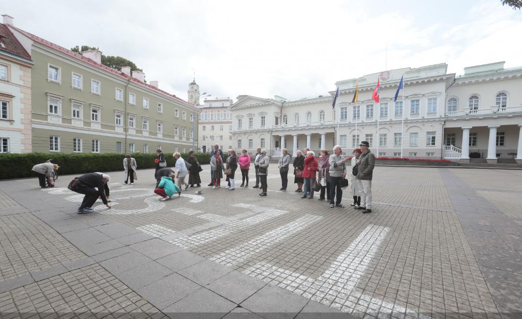 Kiekvieno mėnesio 17-ą dieną neabejingi piliečiai kreidelėmis užrašo žodį TIE-SOS. Irmanto Sidarevičiaus nuotr