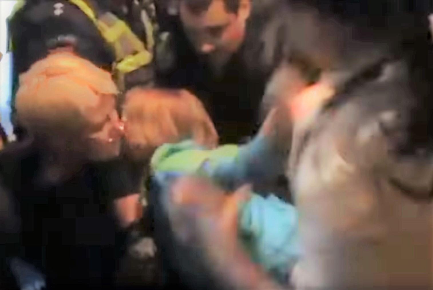 Tik itin skausmingai mergaitei užlaužus ranką pavyksta nugalėti jos pasipriešinimą | Alkas.lt ekrano nuotr.