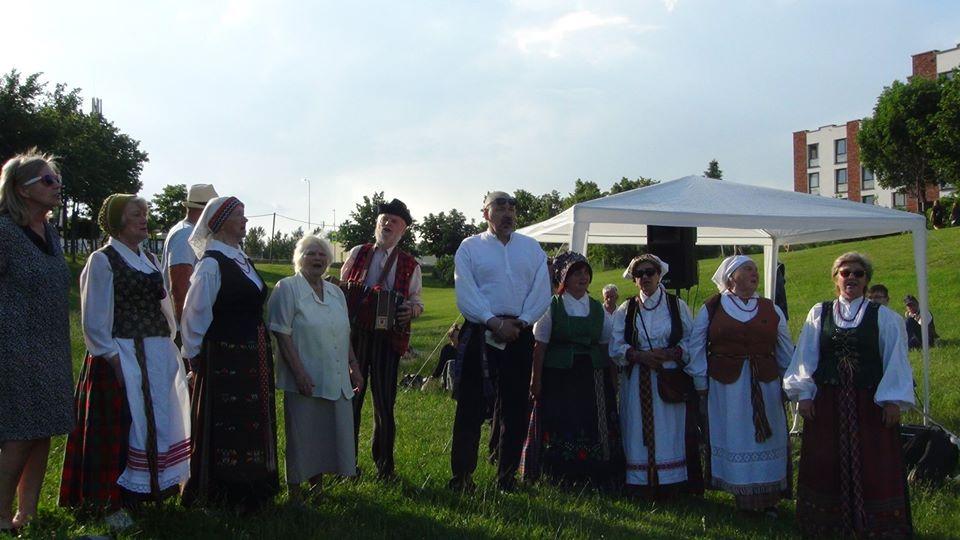 """Koncertuoja Buivydiškių folkloro ansamblis """"Verdenė""""    A. Šarlauskienės nuotr."""