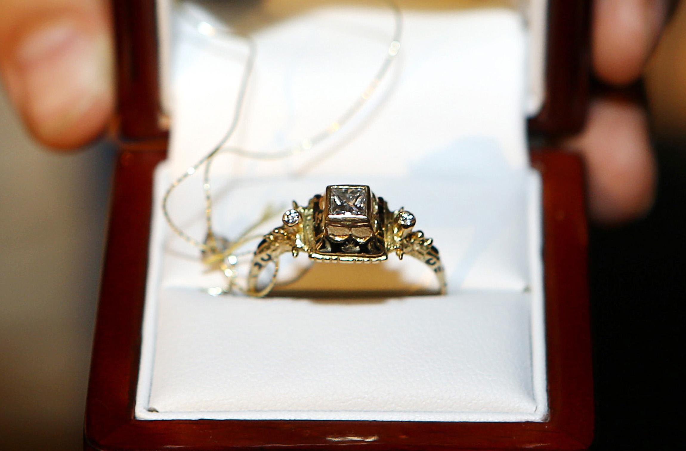 Auksinis žiedas, pagamintas pagal renesansinio žiedo, saugomo Mažosios Lietuvos istorijos muziejuje, pavyzdį.   V. Liaudanskio nuotr.