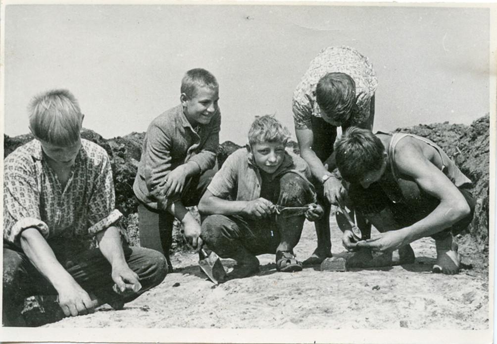 Draugai dalyvauja archeologiniuose tyrimuose Šventojoje, 1966 m.   R. Rimantienė, Kretingos muziejaus nuotr.
