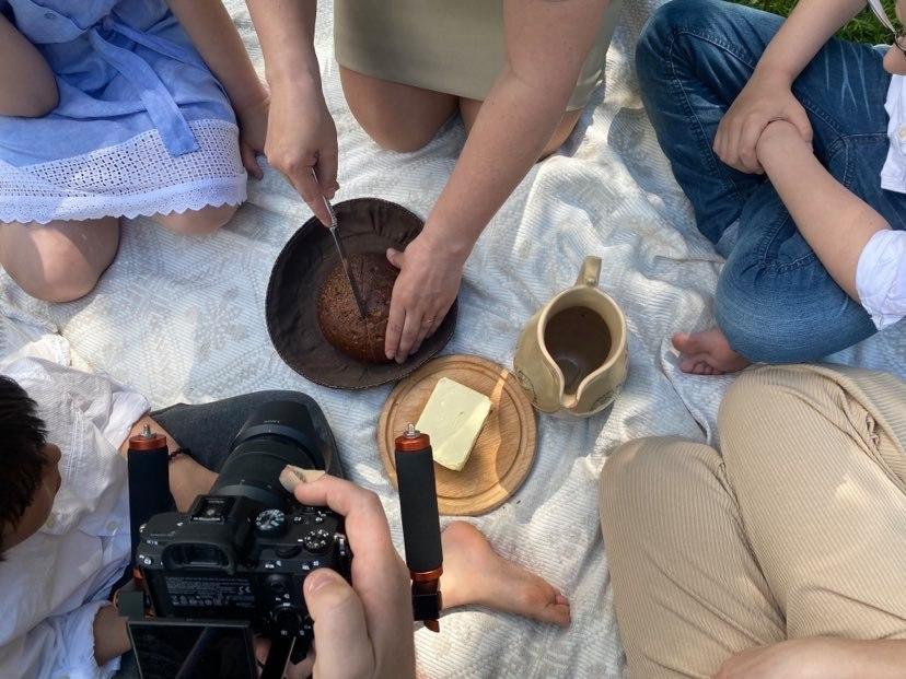 Filmavimo kadras. Duonos pjaustymas | ltlife.lt nuotr.
