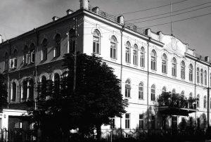 1920–1927 m. Seimo kanceliarija buvo įsikūrusi rūmuose Kaune (dabartiniame Maironio universitetinės gimnazijos pastate). Kaunas, XX a. 3 deš.   Lietuvos centrinio valstybės archyvo nuotr.