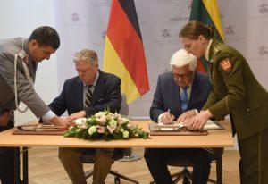 Gynybinio bendradarbiavimo sutarties pasirašymas | kam.lt