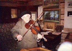 Stasys Ankevičius griežia Vinco Kudirkos smuiku. 1980–1985   Vilkaviškio rajono Suvalkijos (Sūduvos) kultūros centro-muziejaus fondų nuotr.