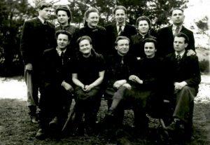 Iš kairės: Lankininkų jaunimas. Vitas Milius, Birutė Kuliešytė, Bronė Kvaraciejūtė, Vitas Kuliešius (parti. zanas), Zita Miliūtė, Antanas Kvaraciejus, Juozas Kuliešius, Marytė Mikalionytė, Bronius Kuliešius, Veronika Kuliešytė, Pranas Pačkauskas. (apie 1944 metus. Fotografavo Lukošius Pigaga).