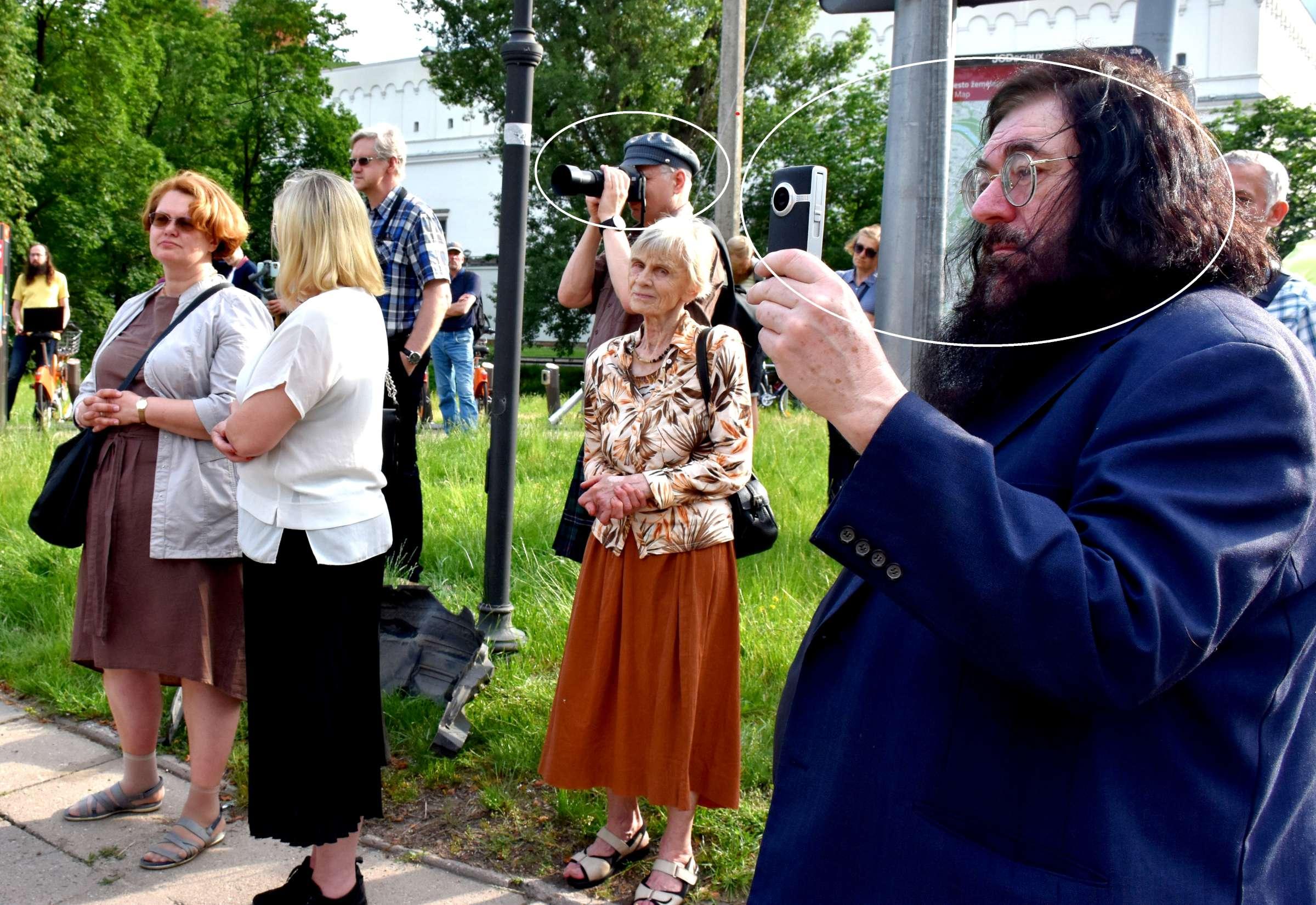 Jie filmuoja, fotografuoja. Kam? Ar parašė bent vieną Lietuvai palankų straipsnį? | J. Česnavičiaus nuotr.