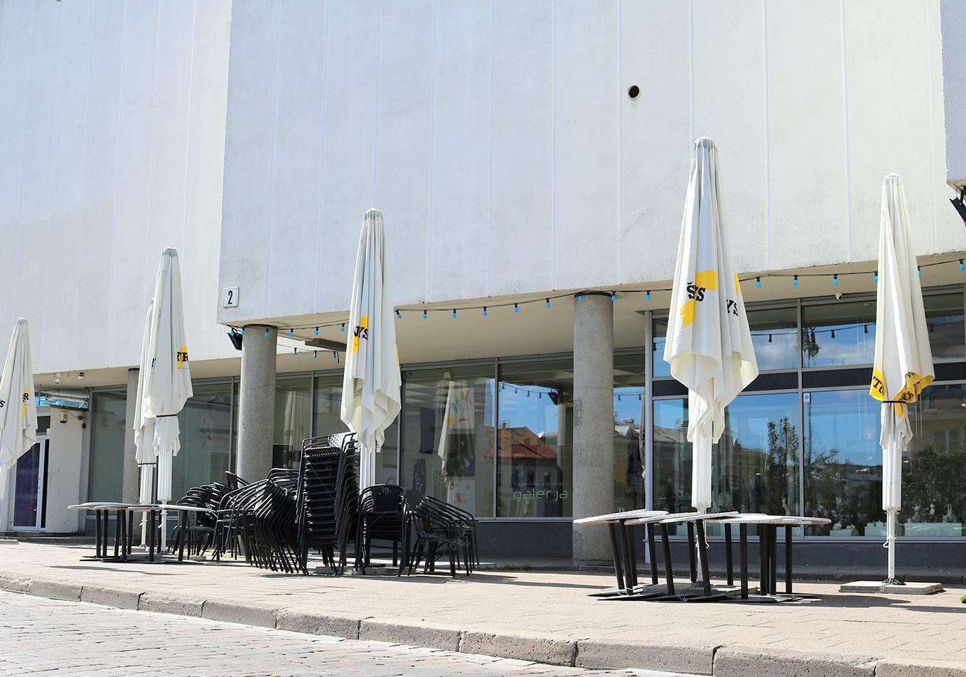 Dabar prieš galeriją stovi skėčiai ir stalai užstodami galeriją   Lietuvos dailininkų sąjungos nuotr.