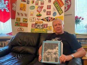 """Gintaro Karoso rankose nuotrauka, kurioje jo sukurtas šūkis """"I LOVE LITHUANIANS"""" R.Reigano rankose   G.Karoso asmen. nuotr."""