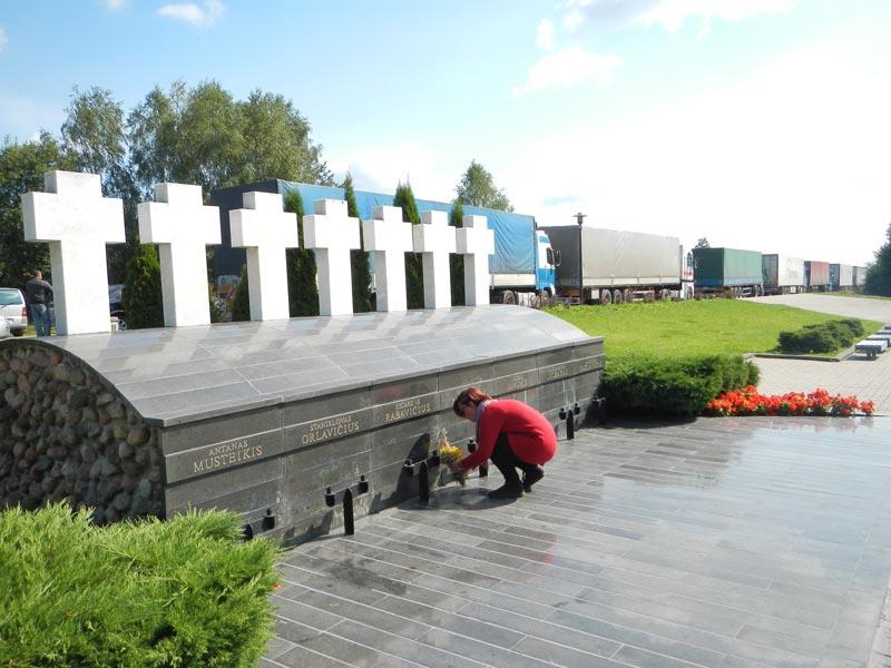 Paminklas 1991 m. liepos 31 naktį Medininkų pasienio poste nužudytiems pareigūnams. Aut. architektai Algimantas Šarauskas ir Rimantas Buivydas. Pastatytas 1993 10 15. Vilniaus r. Medininkuose-pasienis.lt