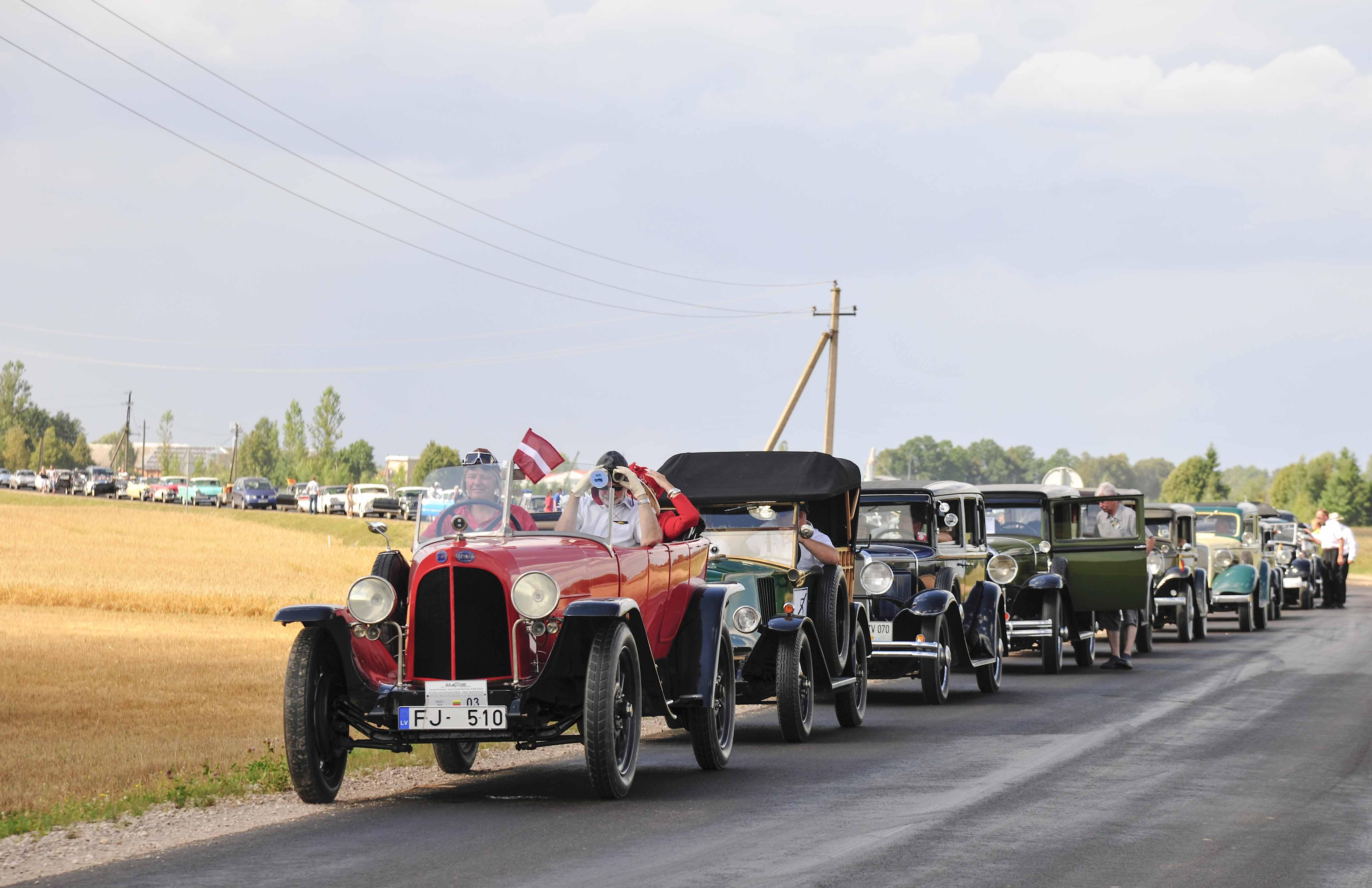Priekyje – Seniausias automobilis – 1922 m. pag. FIAT 510 S (Latvija). Savininkas – Janis Oskerko | I. Daubaraitės nuotr.