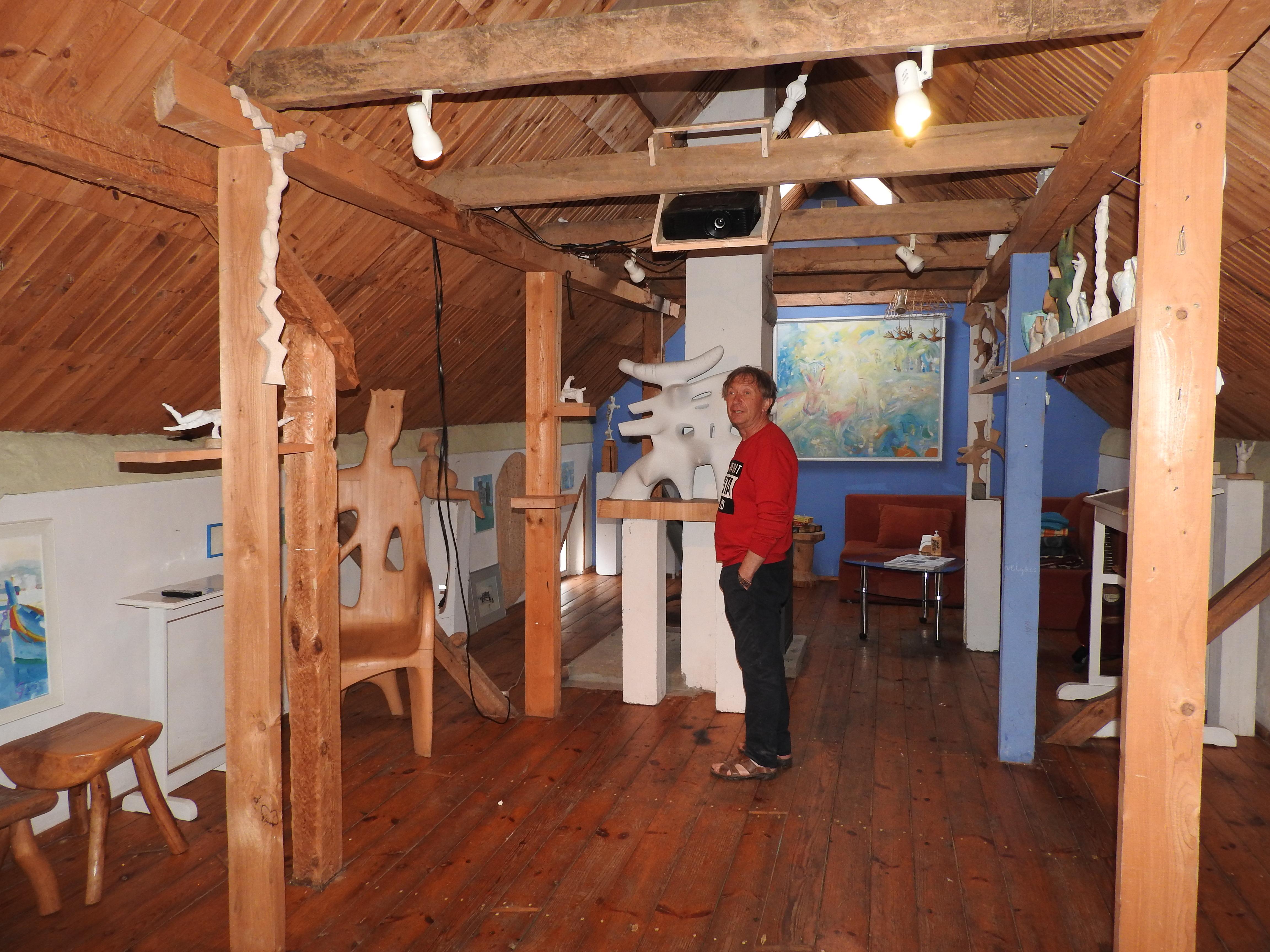 Menininkas Jonas Grunda savo galerijoje   Ignalinos rajono savivaldybės nuotr.
