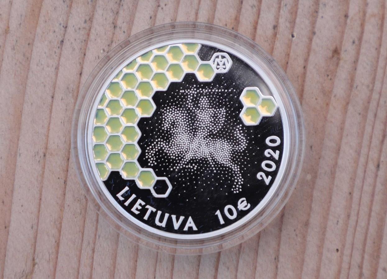 Monetos buvo pristatytos Senovinės bitininkystės muziejuje Stripeikiuose (Ignalinos raj.) medkopio pabaigos šventėje | Senovinės bitininkystės muziejaus nuotr.